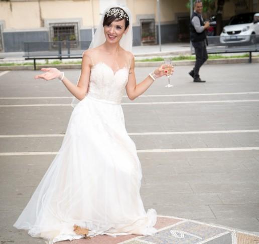 Glenda con abito da sposa Nicole modello scivolato